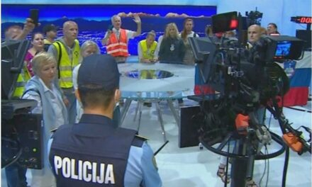 (VIDEO) Protivnici cijepljenja nasilno upali u zgradu RTV Slovenije, tražili uključenje uživo