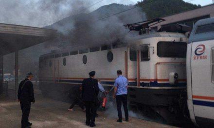 Zapalio se vlak u Konjicu, putnici evakuirani, i dalje traje borba s plamenom