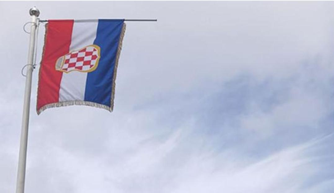 Nakon nasilnog rušenja u Varešu opet podignut jarbol i postavljena hrvatska zastava