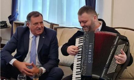 VIDEO  AH ŠTO VOLIM OVAJ REŽIM… Dodik doveo harmonikaša u Predsjedništvo, pila se i žestoka pića