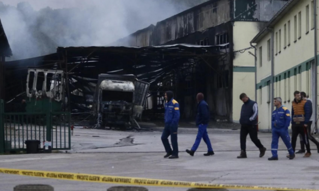 Tvornica potpuno uništena, radnici u nevjerici posmatraju zgarište